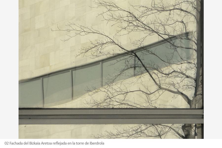 Bizkaia Aretoa paraninfo UPV-EHU de Álvaro siza en Bilbao. Fachada reflejada en la torre Iberdrola